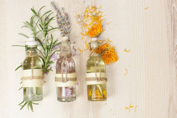 oils-in-a-bottle-with-flowrs